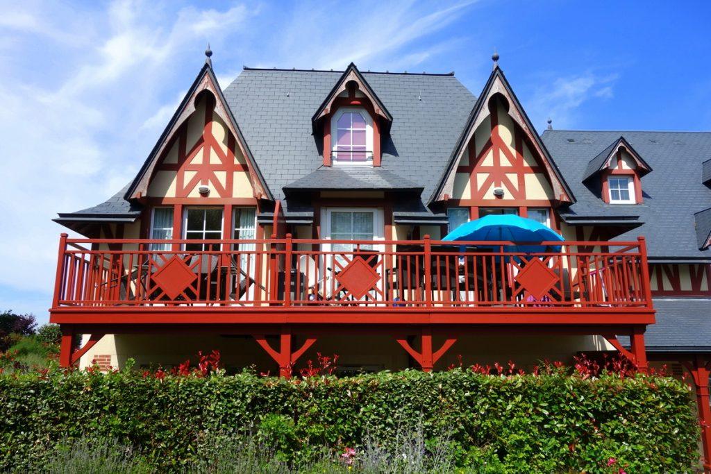 """La jolie architecture du bâtiment""""Les Girouettes"""" de la résidence premium Pierre & vacances à Houlgate"""