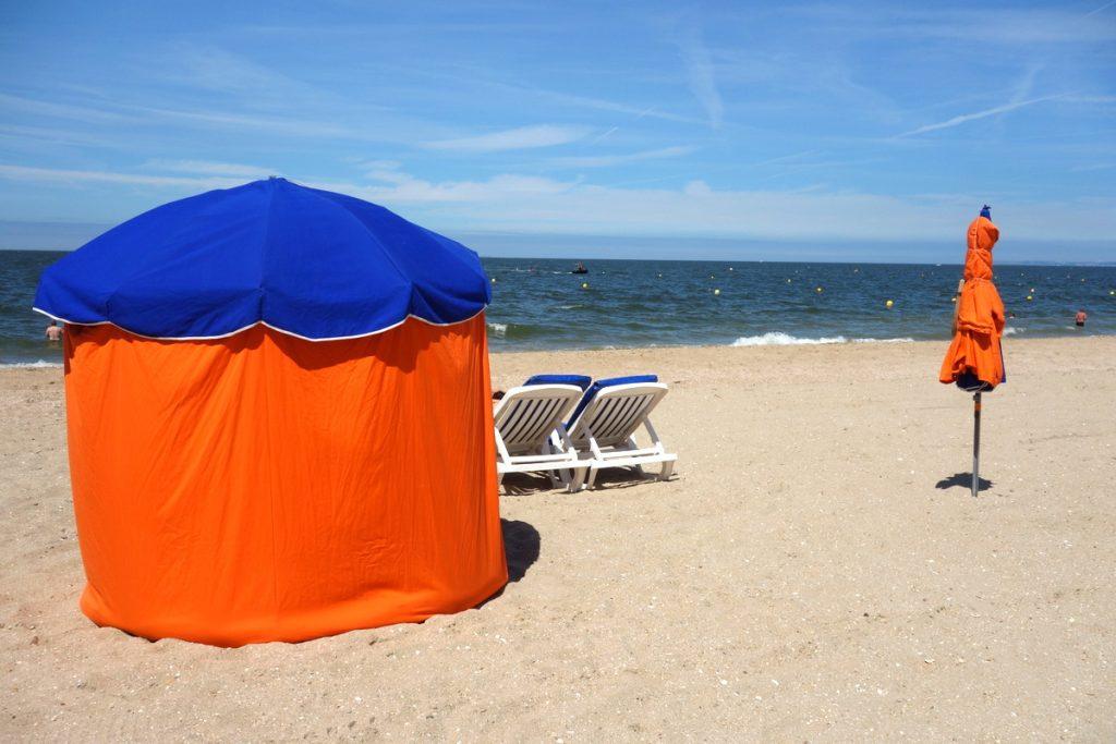 La plage d'Houlgate et ses parasols
