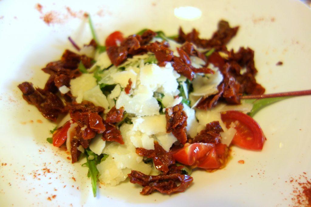 Roquette aux copeaux de parmesan et tomates confites