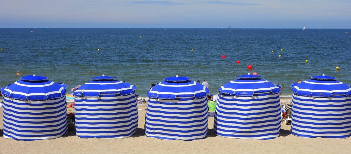 Les parasols sur la plage de Cabourg