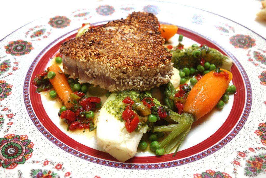 Le Sud : thon mi-cuit au sésame, houmous et légumes printaniers