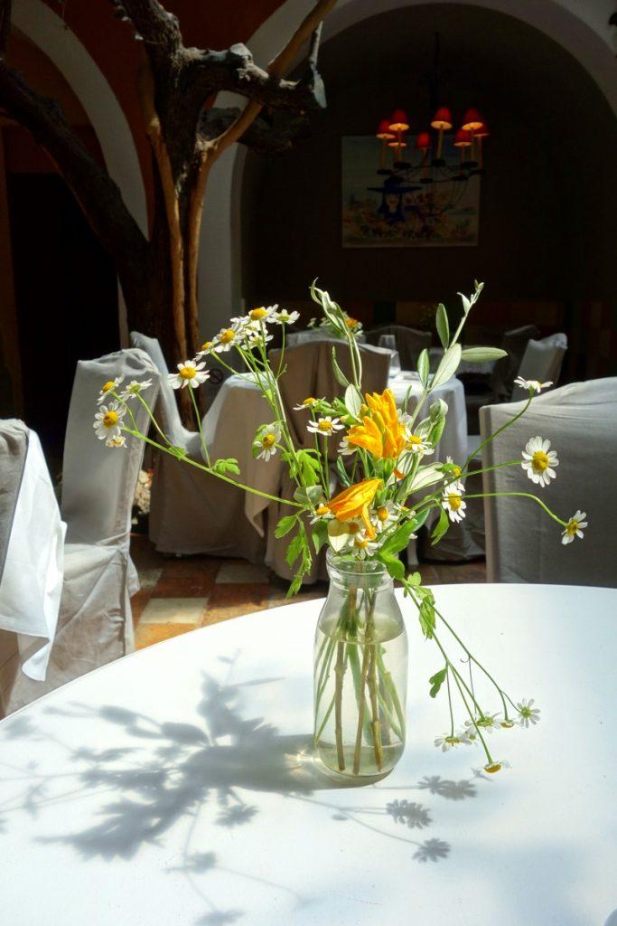 Un petit bouquet sur chaque enjolive un déjeuner