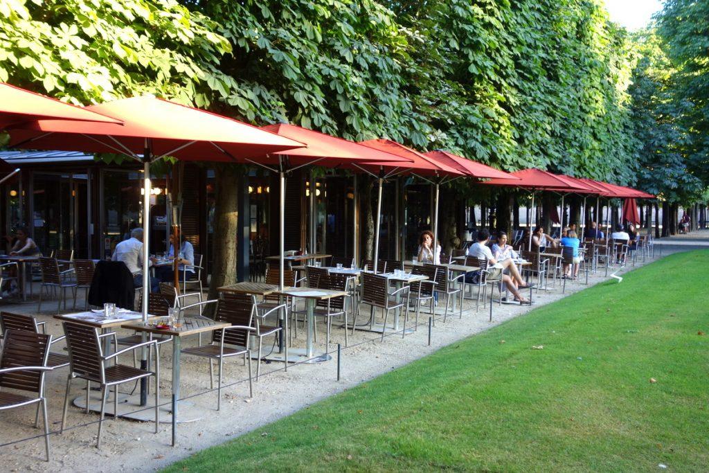 Le café des Marronniers, niché en pleine verdure au cœur de Paris