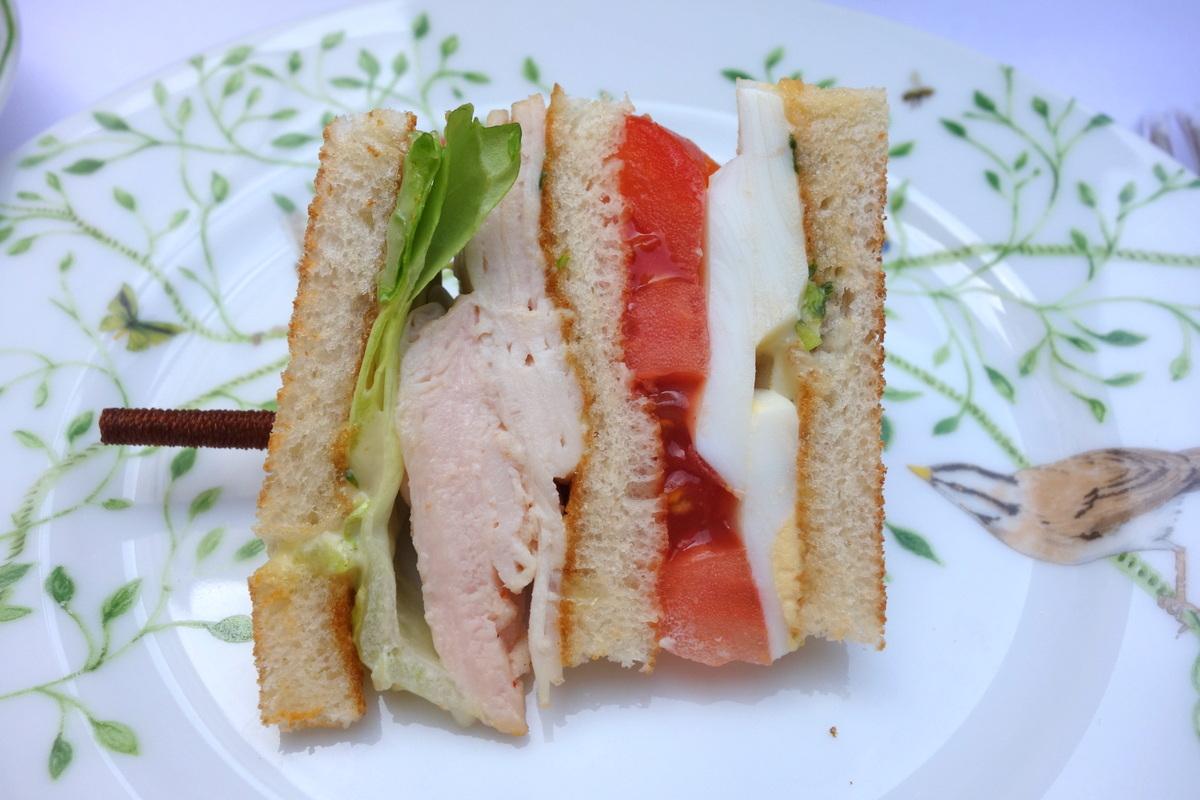 Le sandwich poulet-tomate-œuf du jardin français à l'heure du thé