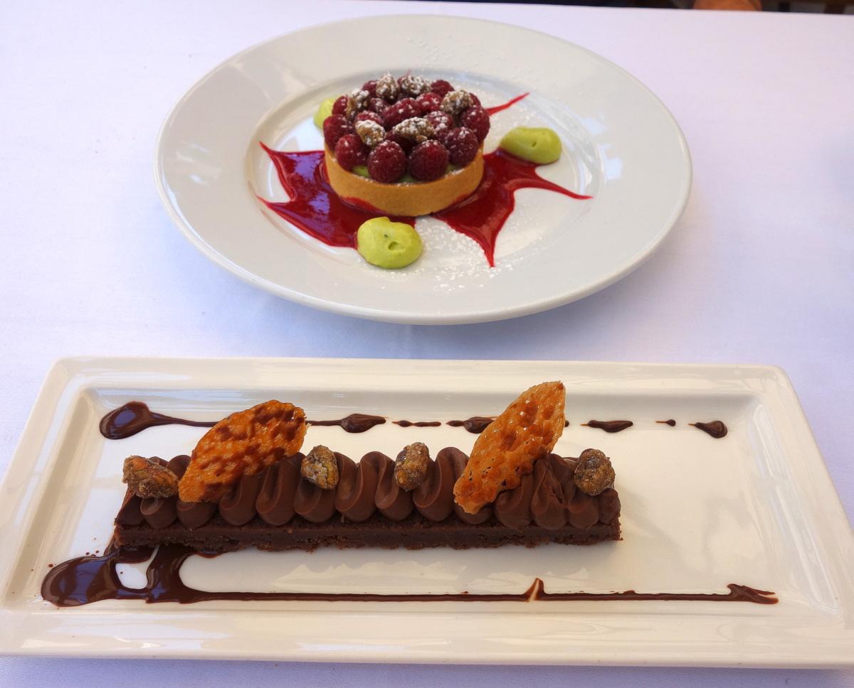 Biscuit moelleux au chocolat et crémeux guanaja, noisettes torréfiées