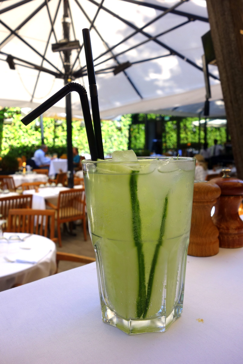 Un cocktail sur la terrasse du restaurant La Gare à Paris