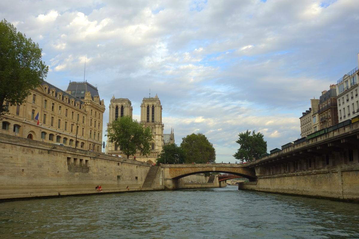 En approchant de Notre-Dame-de-Paris