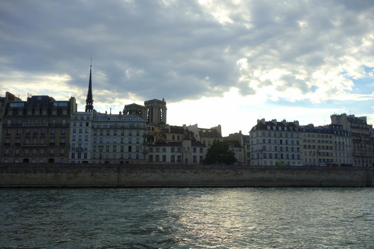 Vue sur la cathédrale Notre-Dame-de-Paris depuis la Seine
