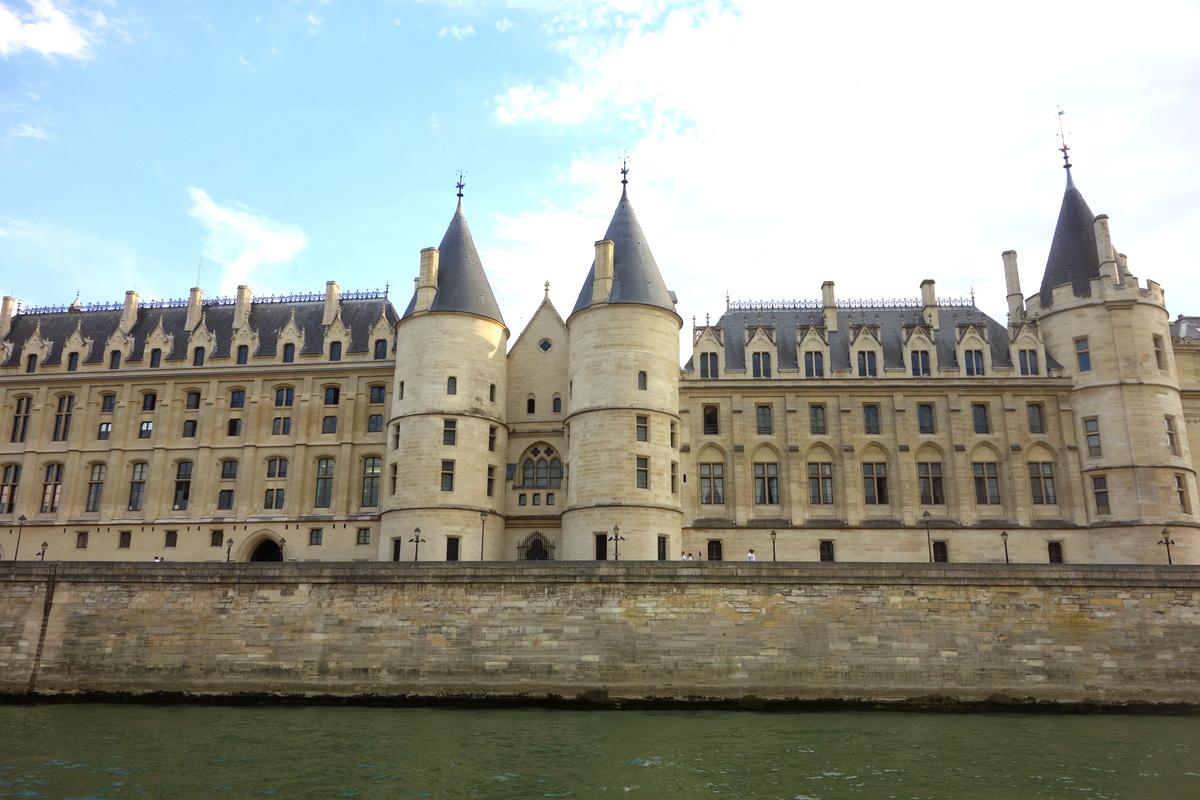 Vue sur la conciergerie depuis la Seine