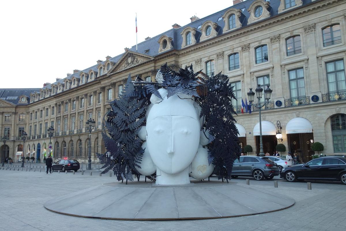 Sculpture de Manolo Valdés, place Vendôme