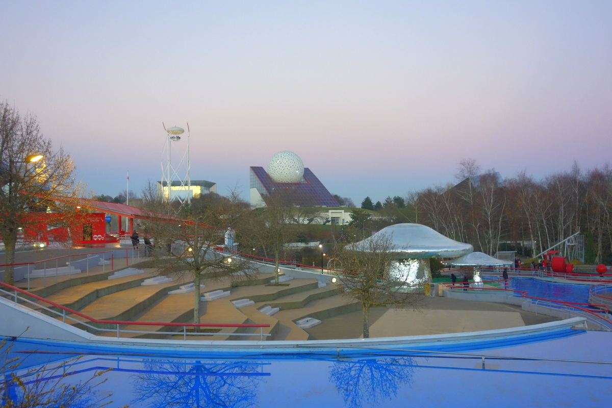 Le Parc du Futuroscope by night