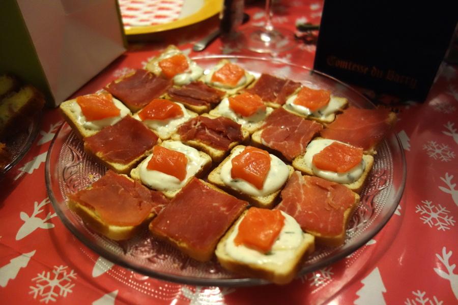 Toasts apéritifs maison au saumon fumé et au jambon de pays