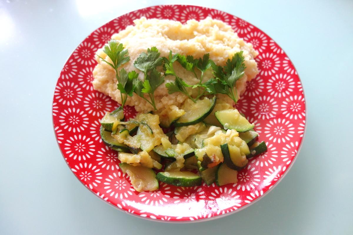 Du millet et des courgettes à l'ail cuites dans l'huile d'olive : miam miam !