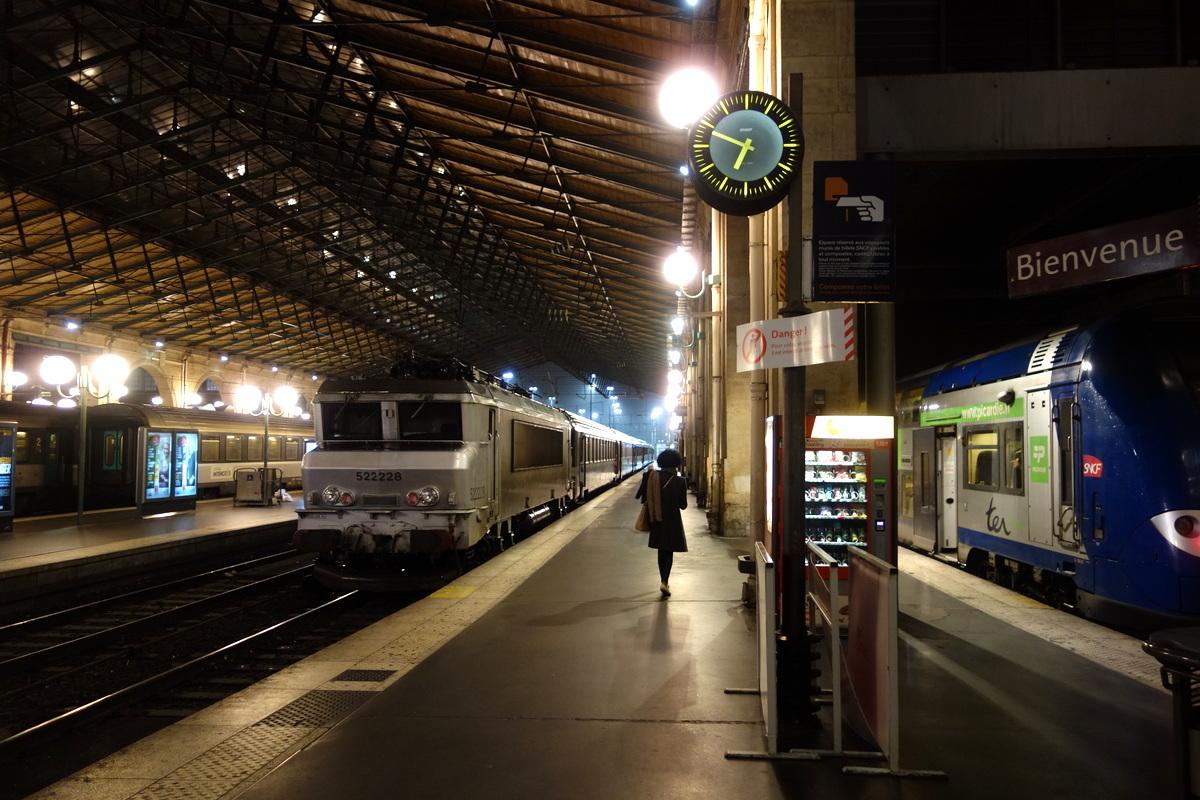 Les quais de la gare du Nord par une pluvieuse soirée d'hiver